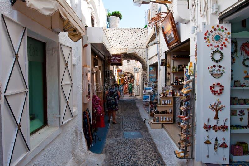 ANTORINI, FIRA- 28. JULI: Einkaufsstraße mit Andenkenshops 28,2014 im Juli in Fira-Stadt auf der Santorini-Insel, Griechenland lizenzfreie stockbilder