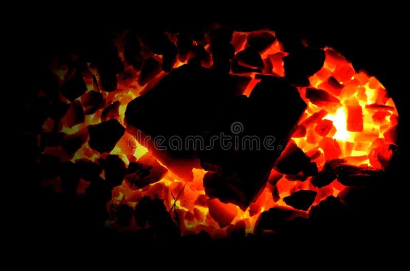 Antracita ardiente brillante del carbón de leña en un fondo negro fotos de archivo