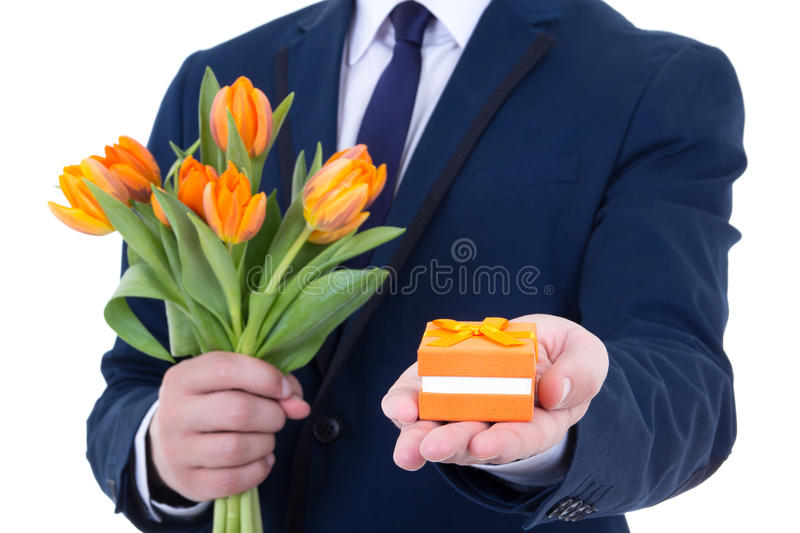 Antrag - Geschenkbox mit Ehering und Blumen stockbild