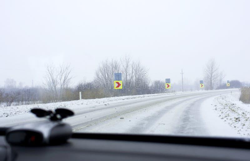 Antreiben auf Winterstraße lizenzfreie stockbilder