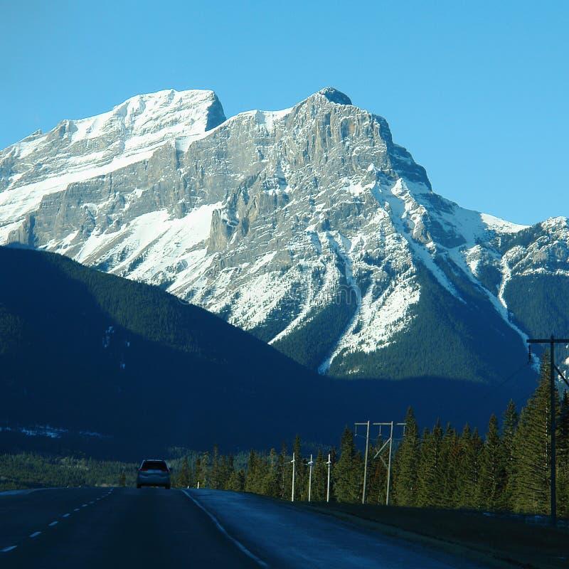 Antreiben durch die felsigen Berge lizenzfreie stockfotografie