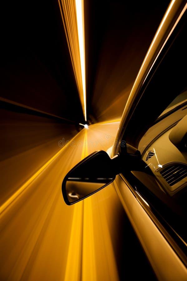 Antreiben durch Tunnel stockfotografie