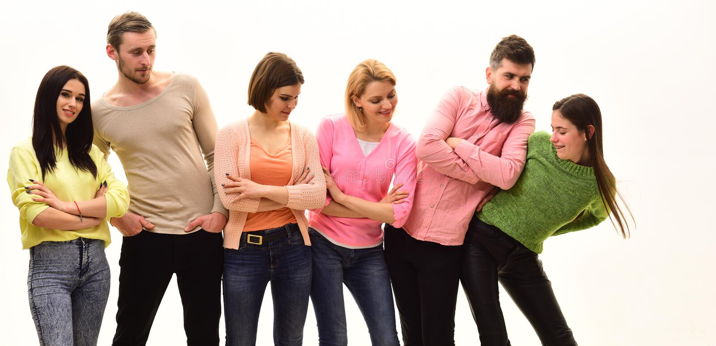 Antriebkonzept Junge Leute wenden Freizeit zusammen, nette Firma hängen heraus auf Studenten, glückliche Freunde haben Spaß lizenzfreies stockfoto
