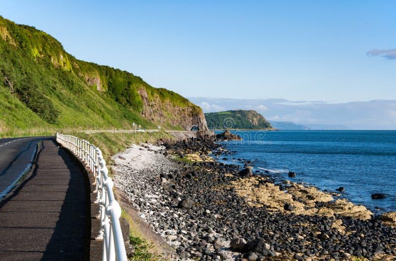 Antrim kust- väg i nordligt - Irland royaltyfri foto