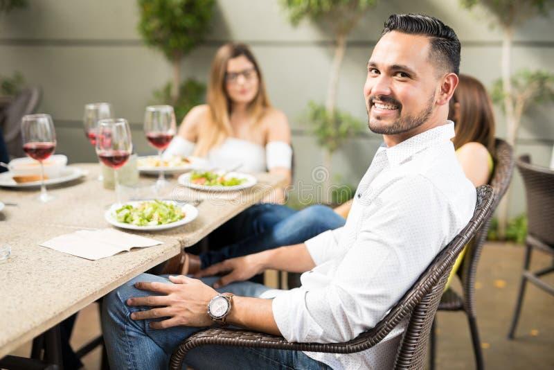 Antropófago novo com os amigos no restaurante imagens de stock royalty free