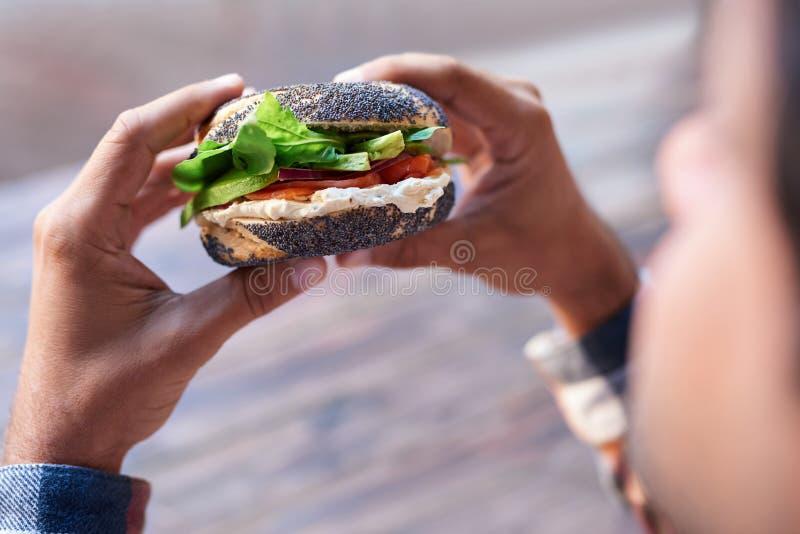Antropófago um bagel delicioso dos salmões e do queijo creme imagens de stock
