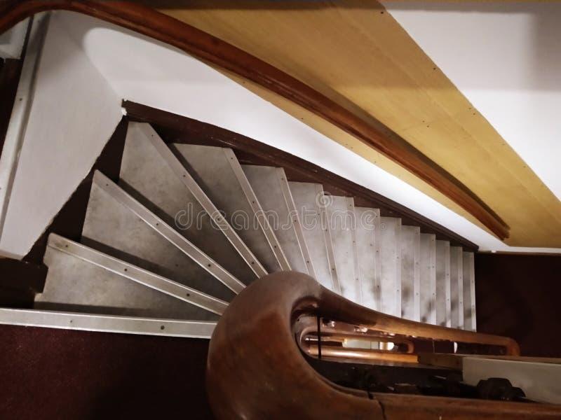 Antrum caverna das escadas etapas estreitas e íngremes típicas de casas holandesas fotografia de stock