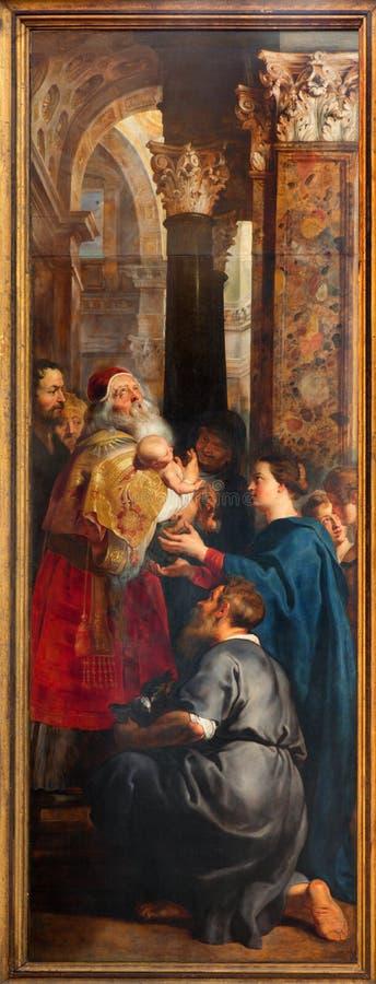 Antuérpia - a apresentação de Jesus no templo como parte do levantamento do tríptico transversal dos anos 1609 - 1610 por Rubens n foto de stock