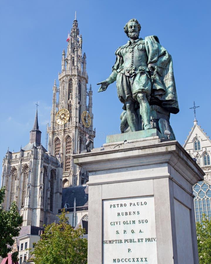 Antuérpia - estátua do pintor P.P. Rubens e torre da catedral por Willem Geefs foto de stock royalty free