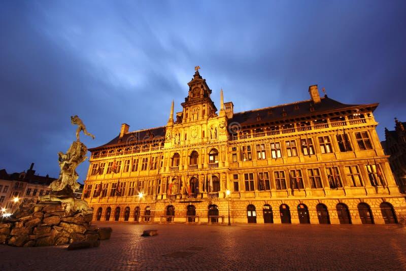 Antwerp (Anvers) urząd miasta i statua od Grote Markt, Belgia (nocą) obraz royalty free
