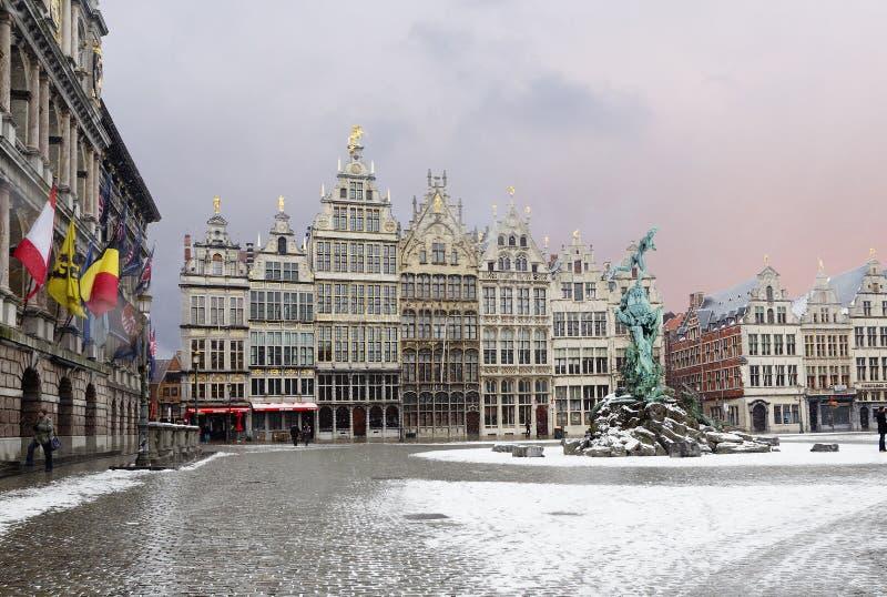 Antwerp, Belgia, Grote Markt kwadrat, cechów budynki, Brabo fontanna obraz royalty free