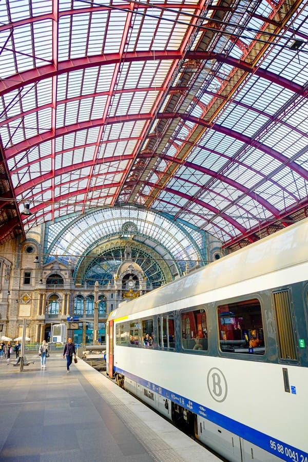 Antwerp, Belgia, Maj 2019, Antwerp środkowy dworzec z ludźmi iść trenuje obraz stock