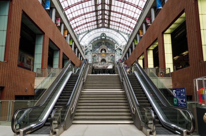 Antwerp Belgien - Maj 11, 2015: Passagerare i huvudsaklig korridor av Antwerp arkivbild
