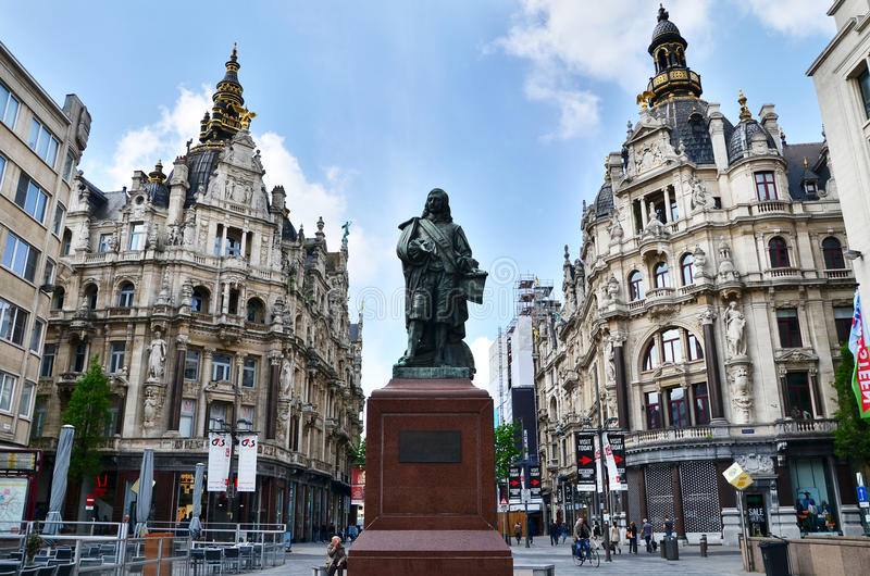 Antwerp Belgien - Maj 10, 2015: Staty av den flamländska målaren David Teniers i Antwerp royaltyfri fotografi