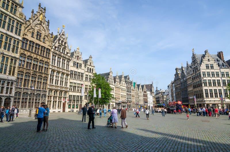 Antwerp Belgien - Maj 10, 2015: Turist- besök Grand Place i Antwerp, Belgien royaltyfria bilder