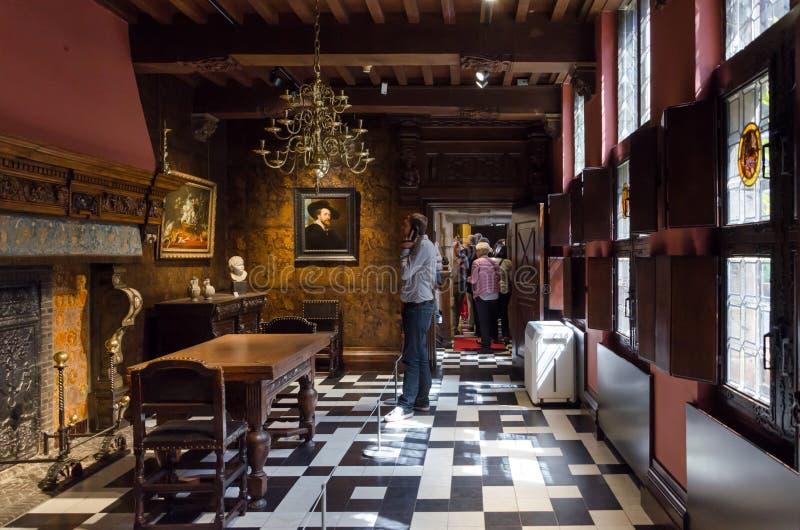 Antwerp Belgien - Maj 10, 2015: Turist- besök Rubenshuis (Rubens House) royaltyfria bilder