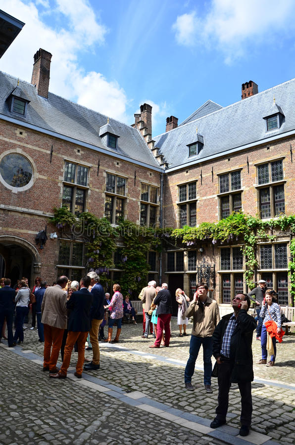 Antwerp Belgien - Maj 10, 2015: Turist- besök Rubenshuis (Rubens House) i Antwerp royaltyfri fotografi