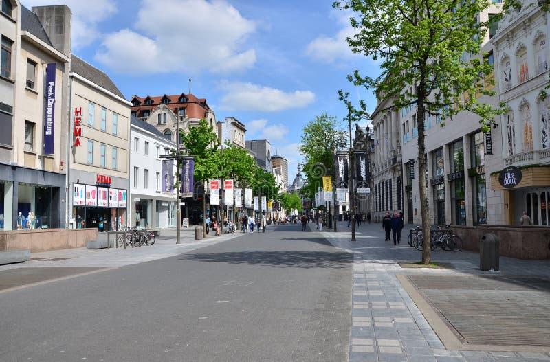 Antwerp Belgien - Maj 10, 2015: Turist på Meiren, strögen av Antwerp arkivfoto