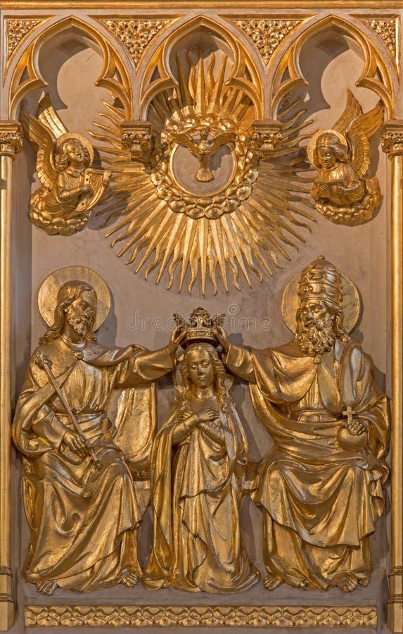 Antwerp - kröning av jungfruliga Mary lättnad från. cent 19. i altare av Joriskerk eller den St George kyrkan arkivfoto