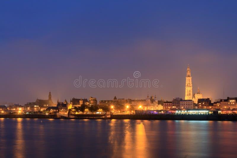 Antwerp linia horyzontu przy nocą zdjęcia royalty free