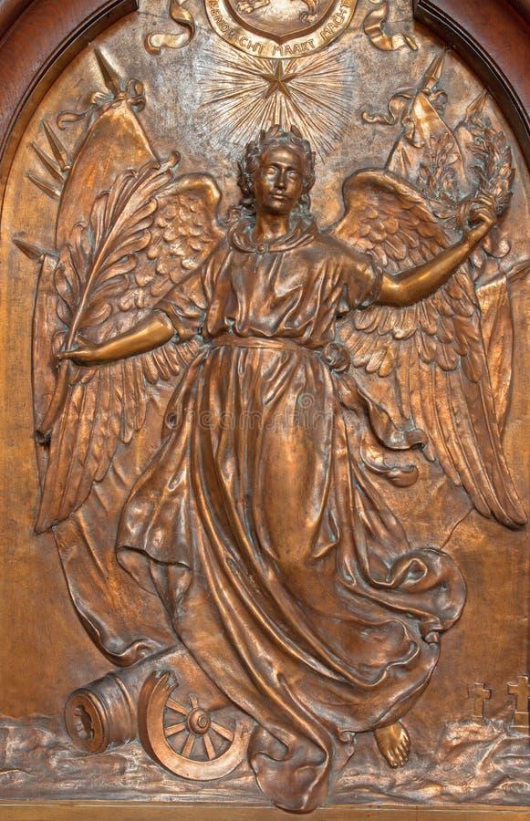Antwerp - metalllättnad av ängeln av freden från Joriskerk eller den St George kyrkan på de minnes- krigoffren royaltyfri bild