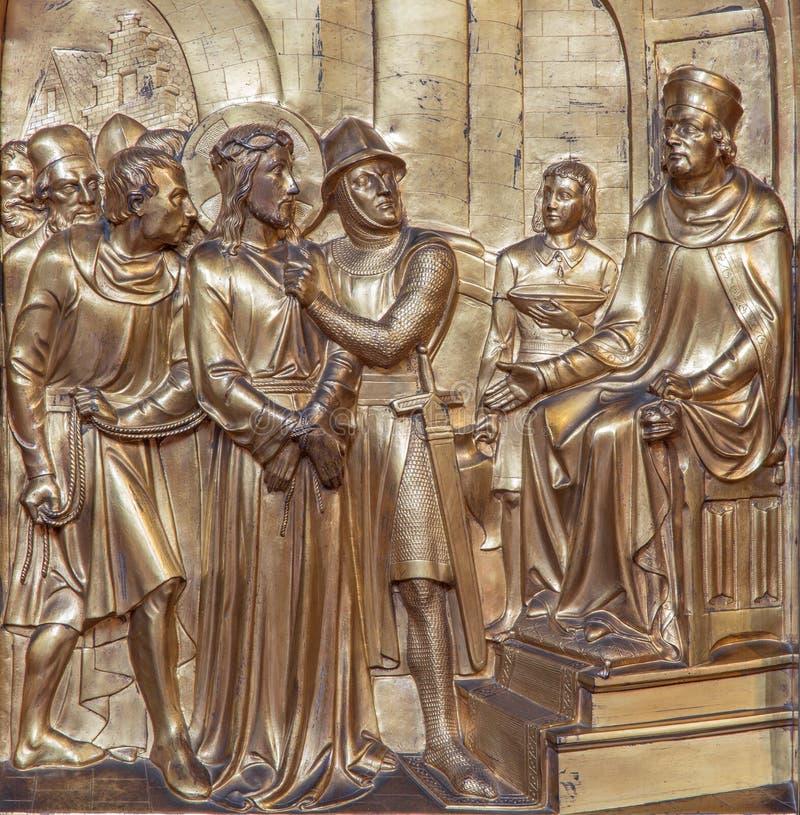 Antwerp - metalllättnad av Jesus för den Pilate platsen som delen av den arga vägcirkuleringen. Metalllättnad från Joriskerk eller fotografering för bildbyråer
