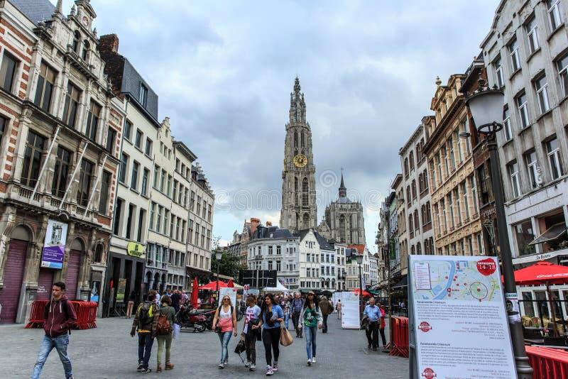 Antwerp pejzaż miejski z ludźmi w ulicie katedrze Nasz damy wierza i wysoka katedra w Benelux, w tle fotografia royalty free