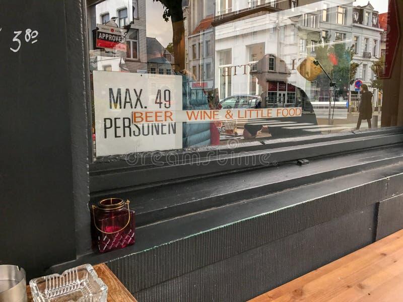 Antwerp shoppar tecknet: `-Öl för engelskt språk, vin & liten mat`, fotografering för bildbyråer