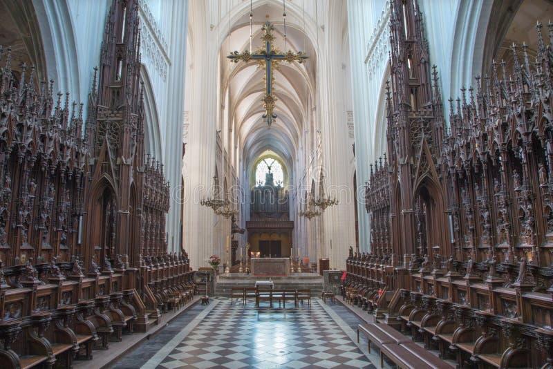Antwerp - skepp och sanctuarty av domkyrkan av vår dam arkivfoton