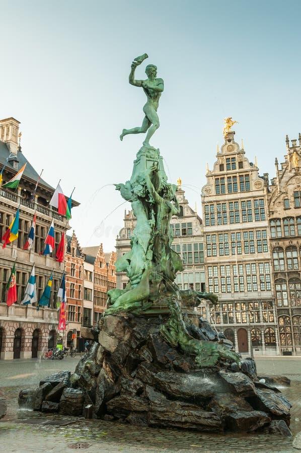 Antwerp urząd miasta z Brabo fontanną na Wielkim rynku fotografia royalty free