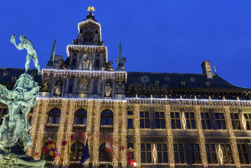 Antwerp urząd miasta z statuą Silvius Brabo w Belgia obraz stock