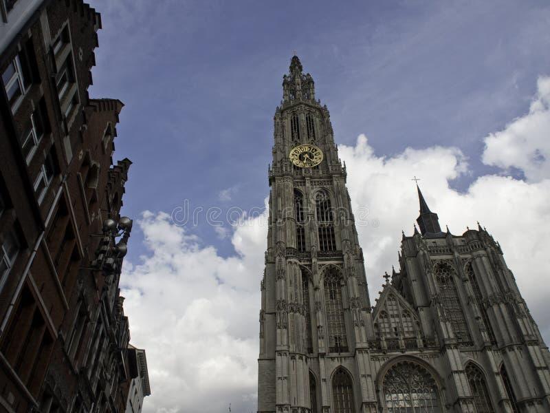 Download Antwerpen stock foto. Afbeelding bestaande uit kerk, wolken - 54076102