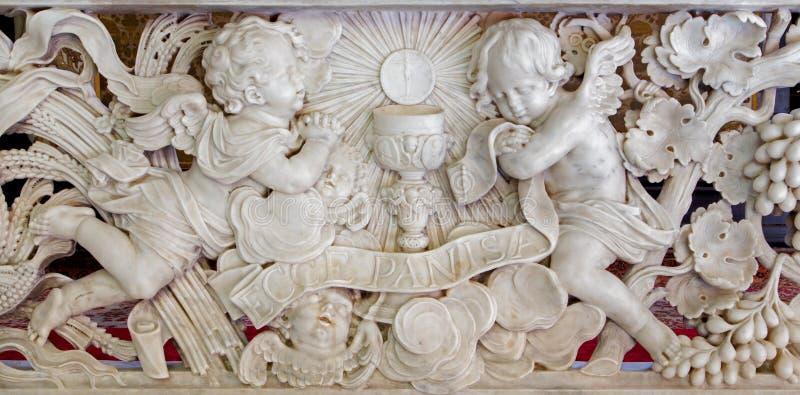 Antwerpen - Barokke hulp in marmer. Révérence van engelen voor eucharist in St. Jacobs kerk (Jacobskerk) stock foto