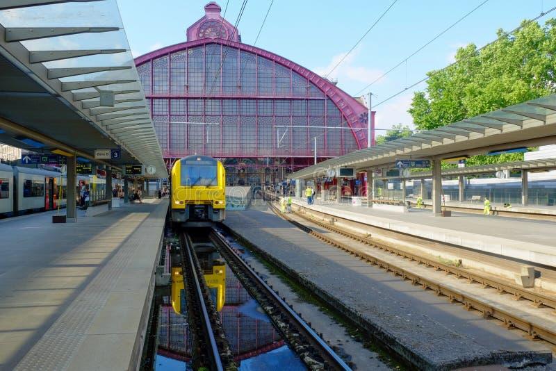 Antwerpen, België die, Mei 2019, Trein bij het platform van de Centrale Post van Antwerpen wachten royalty-vrije stock foto