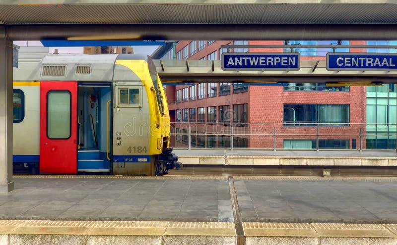 Antwerpen, Belgi? - Maart 2019: Leidt komst in en uit de grote koepel van de mooie, historische en monumentale Trein van Antwerpe royalty-vrije stock foto's