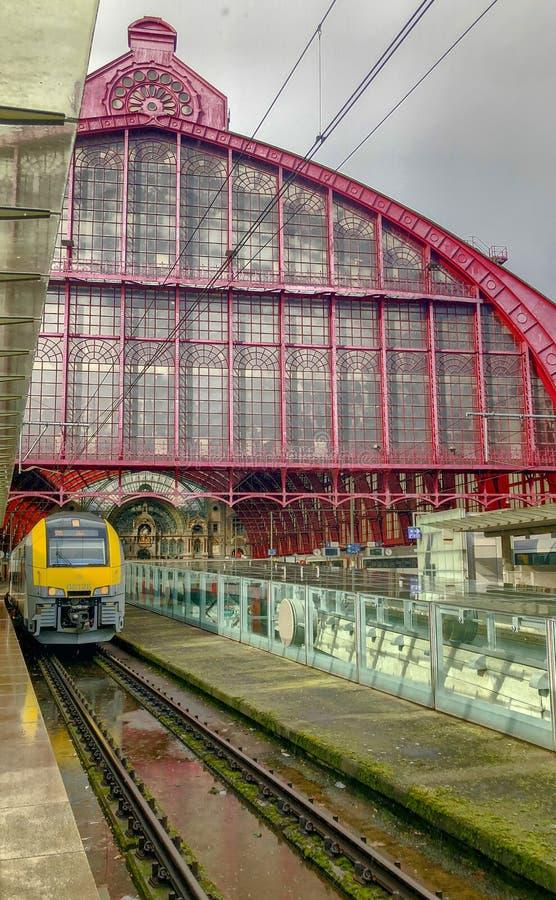 Antwerpen, Belgi? - Maart 2019: Leidt komst in en uit de grote koepel van de mooie, historische en monumentale Trein van Antwerpe stock afbeeldingen