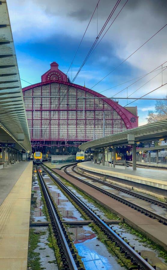 Antwerpen, Belgi? - Maart 2019: Leidt komst in en uit de grote koepel van de mooie, historische en monumentale Trein van Antwerpe stock afbeelding