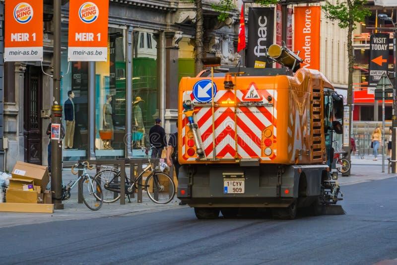 Antwerpen, Belgique, le 23 avril, machine de balayage nettoyant les rues au centre de la ville d'Anvers photographie stock