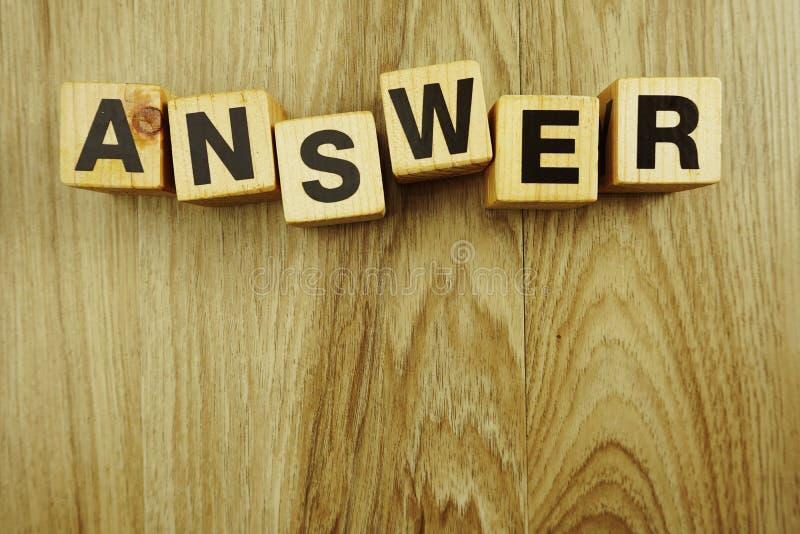 Antwoordwoord in houten de brieven hoogste mening van het kubusalfabet over houten achtergrond royalty-vrije stock fotografie
