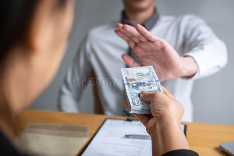 Anty łapówkarstwo, korupcji pojęcie i Biznesowego mężczyzny odmawianie, i no otrzymywamy pieniądze banknotu w kopertowej ofercie  fotografia royalty free