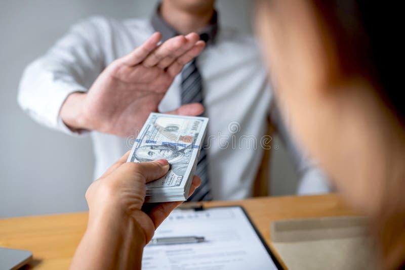 Anty łapówkarstwo, korupcji pojęcie i Biznesowego mężczyzny odmawianie, i no otrzymywamy pieniądze banknotu w kopertowej ofercie  obrazy royalty free
