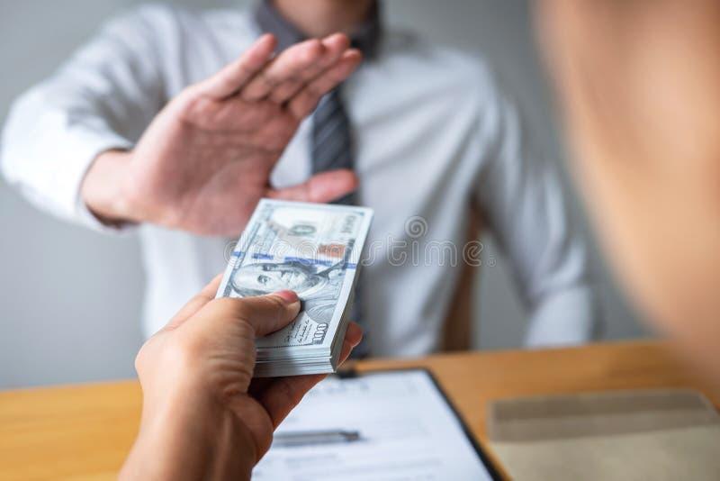 Anty łapówkarstwo, korupcji pojęcie i Biznesowego mężczyzny odmawianie, i no otrzymywamy pieniądze banknotu w kopertowej ofercie  obrazy stock
