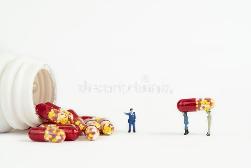 Antybiotycznego leka kapsuła z miniaturowym peope fotografia royalty free
