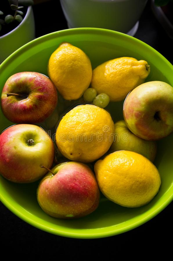 Antych pestycydów owocowy traktowanie w domowej kuchni zdjęcia stock