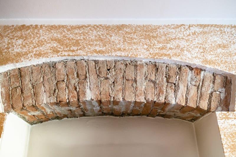 antyczna ściana z cegieł pod nowożytnym gipsowaniem obraz stock