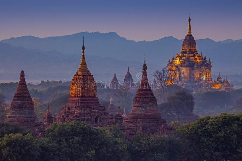 Antyczna świątynia w Bagan po zmierzchu zdjęcia stock