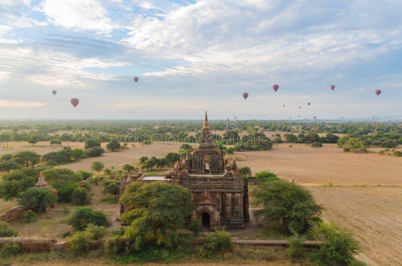 Antyczna świątynia z gorące powietrze balonem w Bagan (poganin) obrazy stock