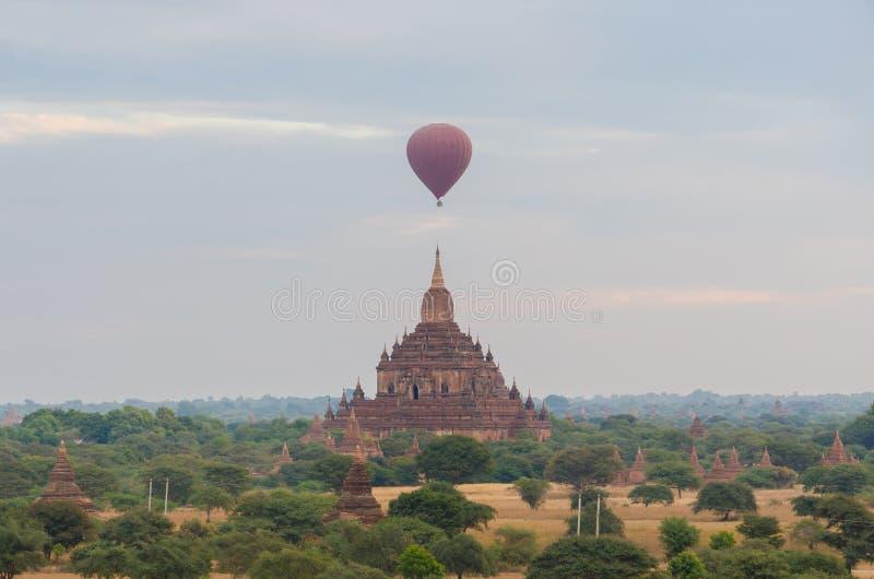 Antyczna świątynia z gorące powietrze balonem w Bagan (poganin) zdjęcia royalty free