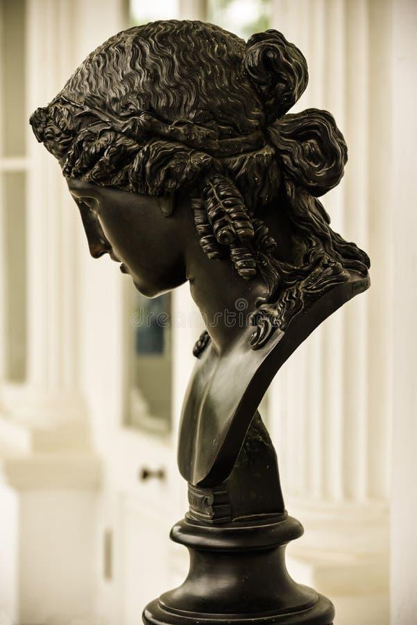 Antyczna brązowa kobiety głowa Ariadna mitologiczny charakter Piękna antykwarska rzeźba z ładną żeńską twarzą zdjęcia stock