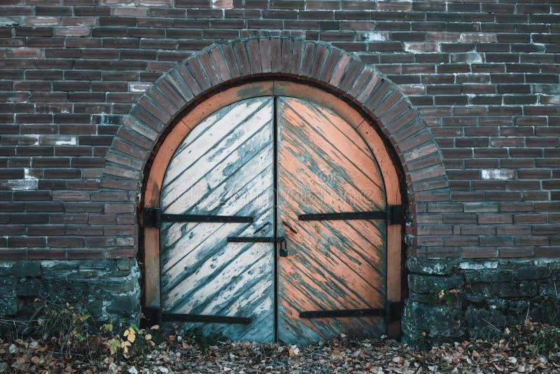 Antyczna brama koszary z wiszącym kędziorkiem fotografia royalty free